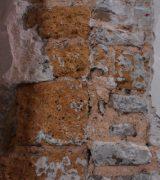 Übergang im Mauerwerk des Ostchors zwischen Vorgängerbau (Tuffstein, links) und dem Dombau der Merowingerzeit (Bruchstein, rechts) in 10 Meter Höhe
