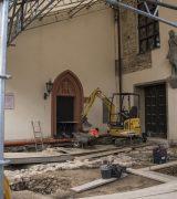 Grabung im Außenbereich vor Ostchor und südlichem Seitenschiff. © Gerhard Fleischer