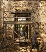 Mit Feingefühl und schwerem Gerät entsteht ein Zugang in den jahrtausendalten Mauern.  © Gerhard Fleischer