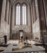 Der neue Altar mit seinem schlichten Kreuz.  © Gerhard Fleischer