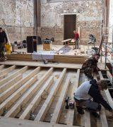 Der neue Dielenboden auf der Westchorplattform wird verlegt.  © Gerhard Fleischer